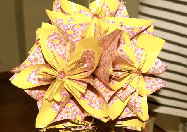 Papierblume geklebt