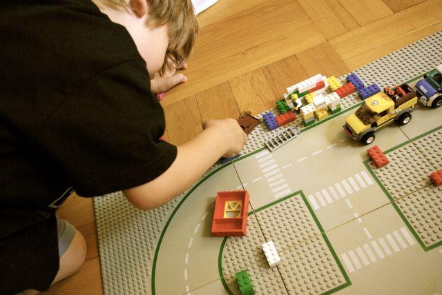 Johann spielt Lego