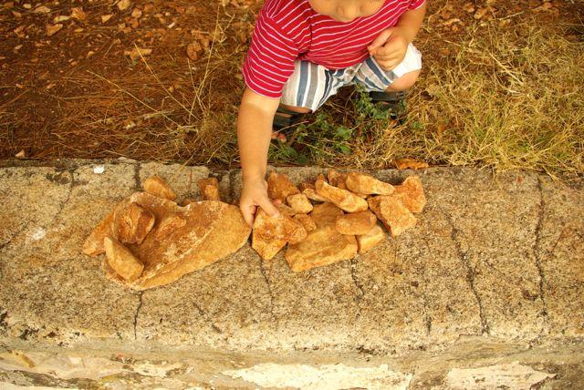 Jakob sammelt Steine