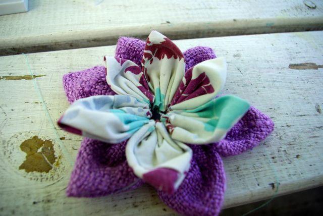 türkise und lila Blüte zusammen