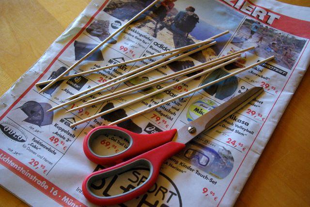 Zeitungen und Stäbchen