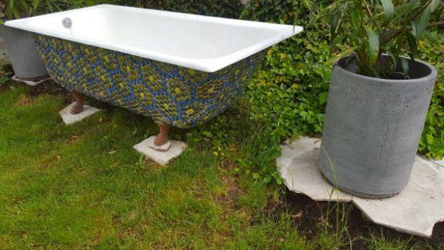 Badewanne im alpenherz mit der badewanne im wohnzimmer - Garten badewanne ...